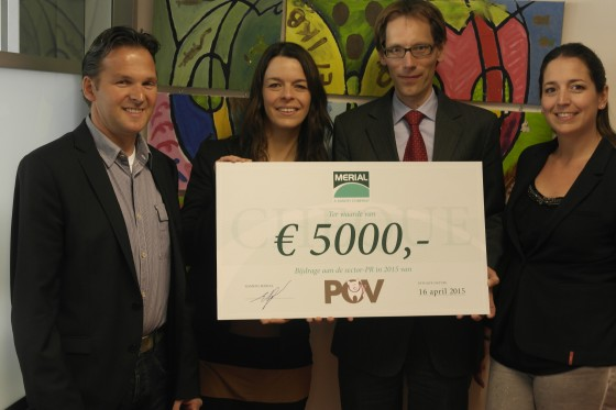 05 overhandiging cheque 560x373