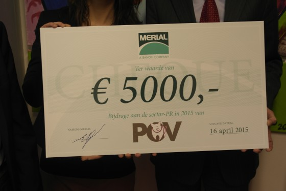 06 overhandiging cheque 560x373