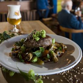 Kwart Nederlanders eet meer vlees op vakantie