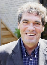 Weerman Peter Timofeeff reikt Spare Ribs Trophy uit