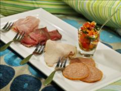 Carpaccio van vleeswaren met tomaten-basilicumsalsa
