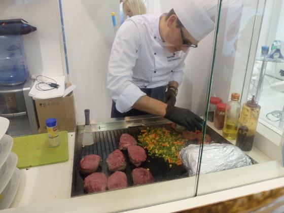 Live cooking met dikke stukken vlees 560x420