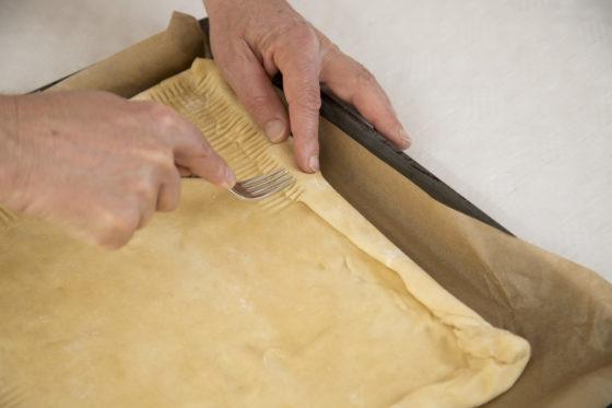 De rand van het plaatmodel vastdrukken en met de vork bewerken om de ambachtelijkheid te accentueren. Foto: Jan Willem Schouten