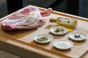 Sous-vide gegaarde lamsschouder voor op de BBQ