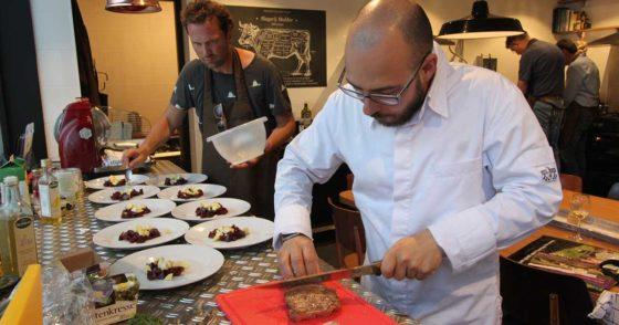Topkok Wilco van den Baar verzorgt de workshops in het Vleesatelier van Slagerij Mulder. Foto: Slagerij Mulder